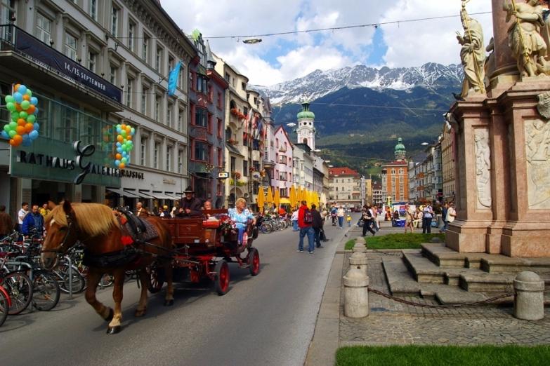 Прогулка в коляске по улицам Инсбрука