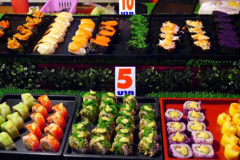 Суши по 5 и 10 бат на вечернем рынке Walking Street