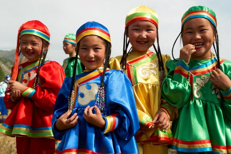 Дети на национальном алтайском празднике