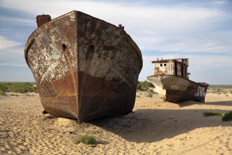 Ржавые корабли в высыхающем Аральском море