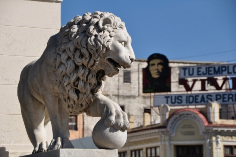 Скульптура льва на площади Майор