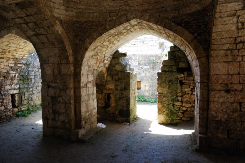Сохранившиеся каменные своды внутри крепости Нарын-Кала