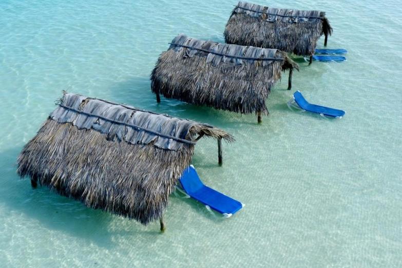 Пляжные хижины острова Кайо-Гильермо