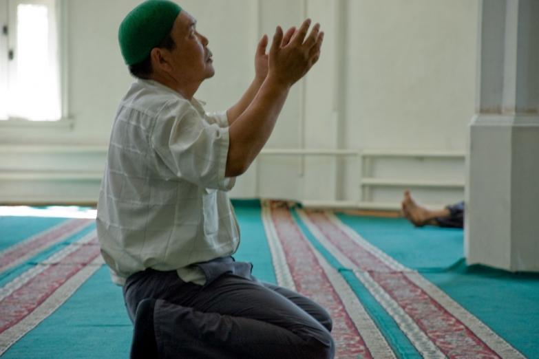 Во время молитвы в мечети