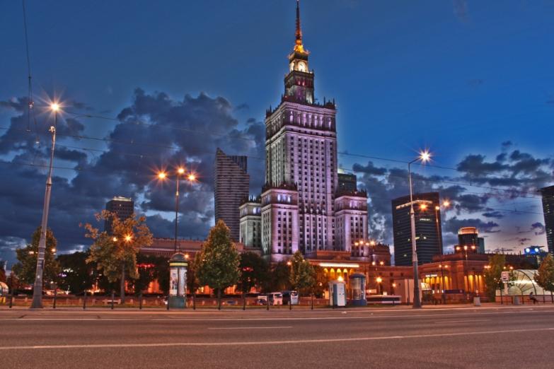 Дворец нацки и культуры в ночном освещении