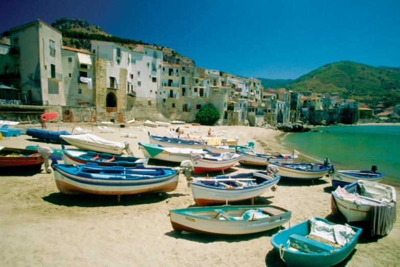 Рыбацкие лодки в гавани Чефалу на Сицилии