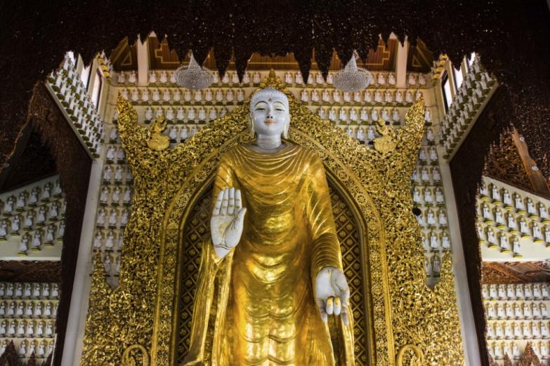 Золотая статуя Будды в бирманском храме Пенанга
