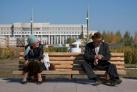 Старики отдыхают на лавочке