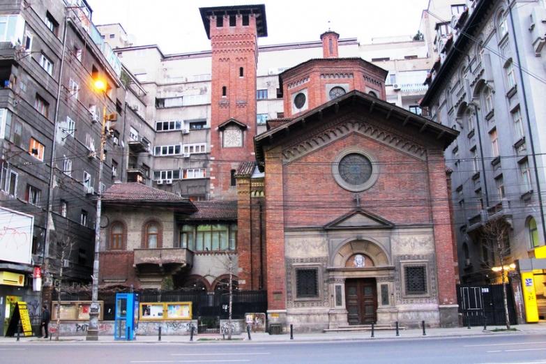 Храм между домов