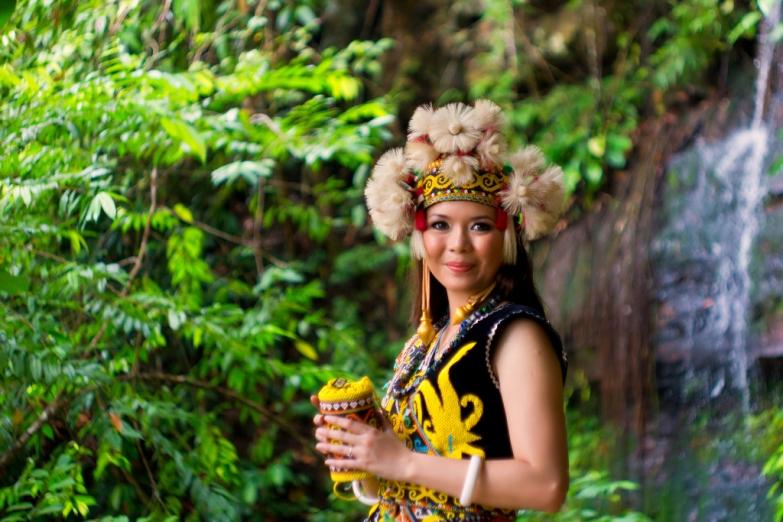Малайская красавица с Борнео в традиционном наряде