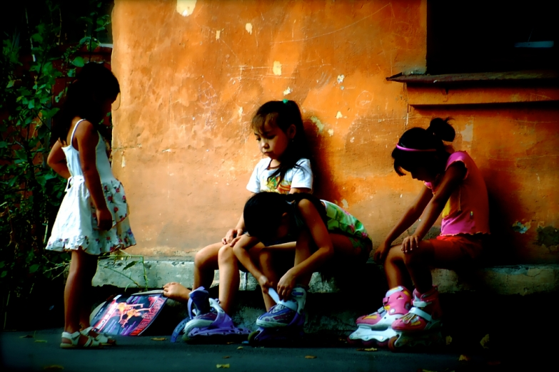 Школьницы на заднем дворе