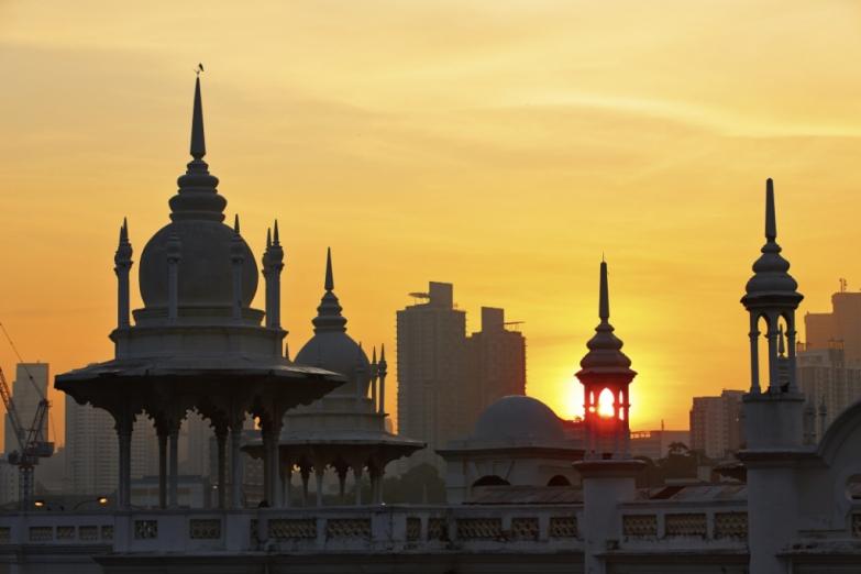 Золотой закат над малайской столицей