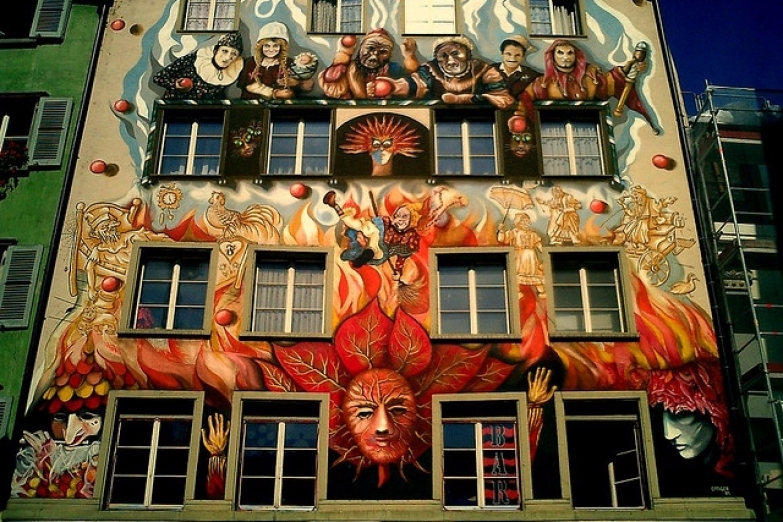 Фреска дома на Штерненплац с героями карнавала