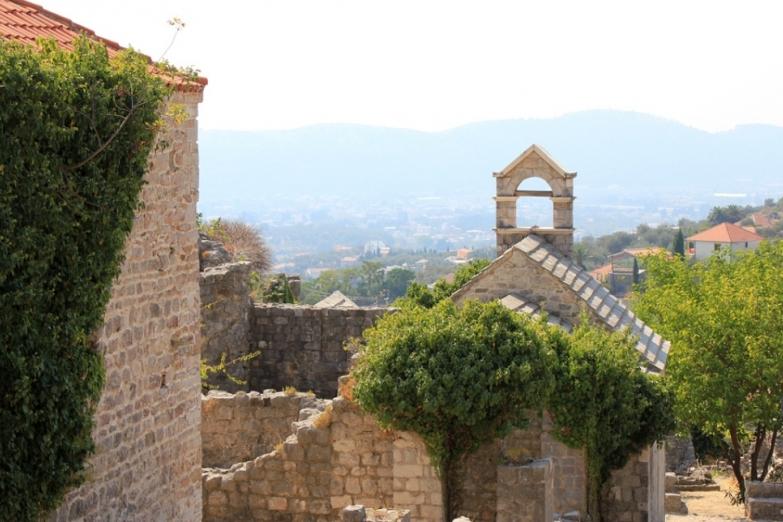 Древние стены монастыря Бешка