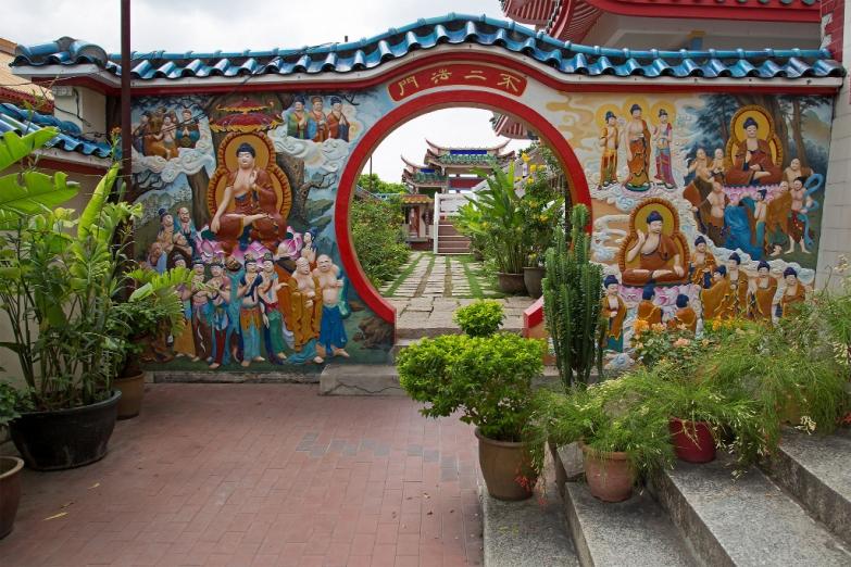 Врата в храмовом комплексе Кек Лок Си