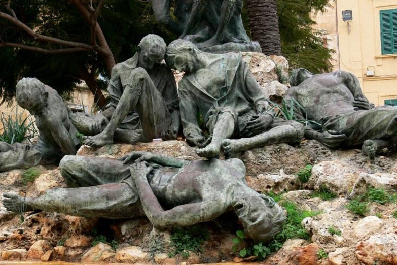 Памятник борцам с французскими окупантами на плащади Независимости