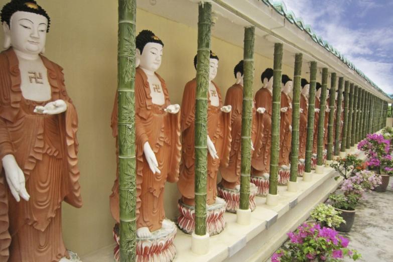 Статуи Будды в храме Кек Лок Си на Пенанге