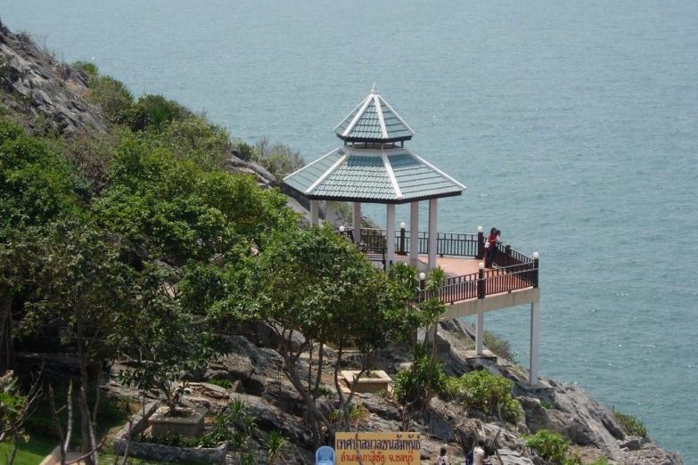 Беседка с видом на море в парке Khao Khat