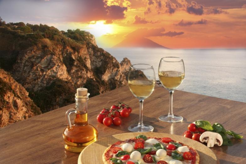 Традиционный итальянский ужин на берегу моря