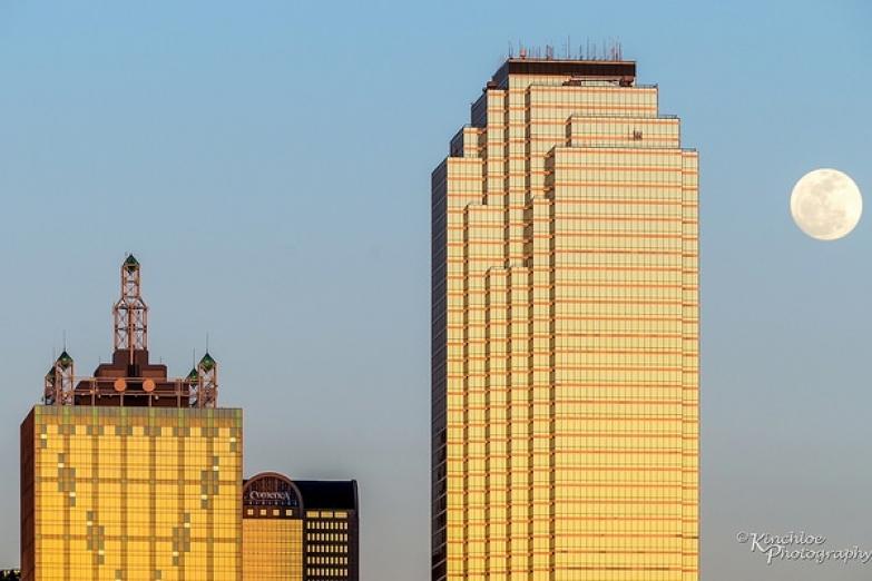 Луна над Банком Америки в Далласе