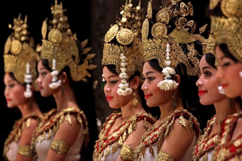 Девушки в национальных костюмах