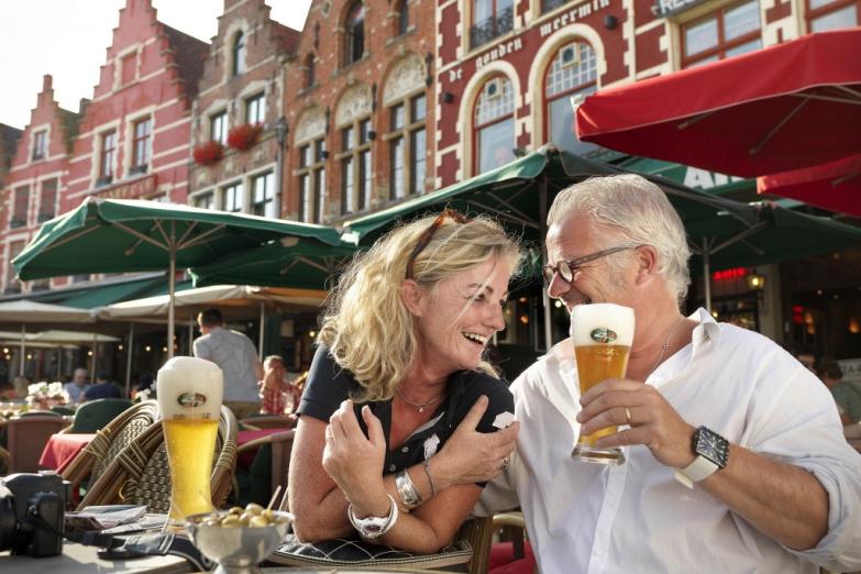 Дегустация пива в уличном кафе