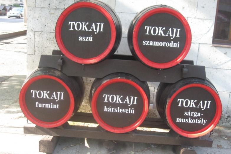 Композиция из бочек с названиями сортов Токайского вина