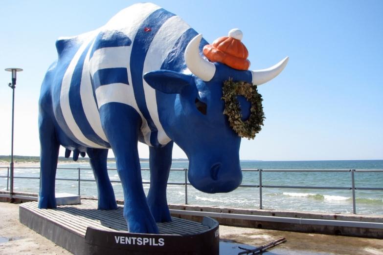 Скульптура коровы в Вентспилсе