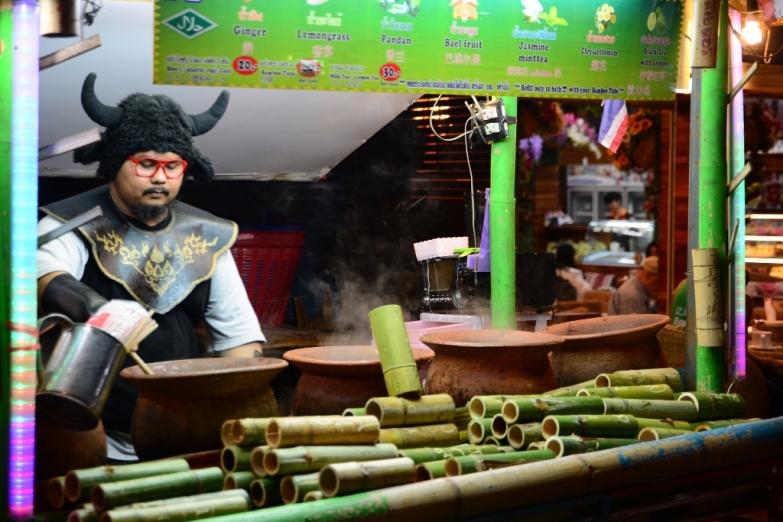 Продавец чая на вечернем рынке Walking Street