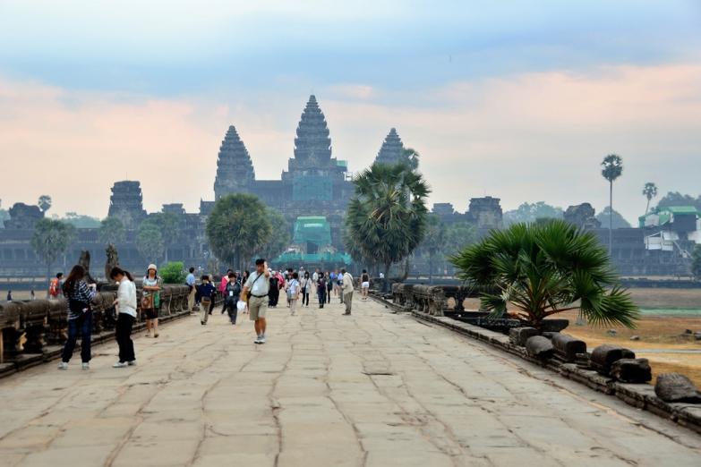 Туристы на экскурсии в Ангкор-Вате