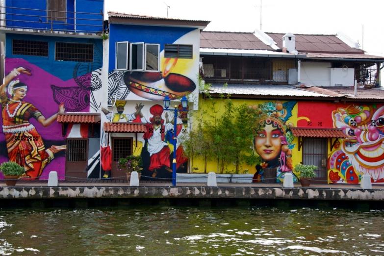 Дома вдоль набережной расписаны историческими граффити