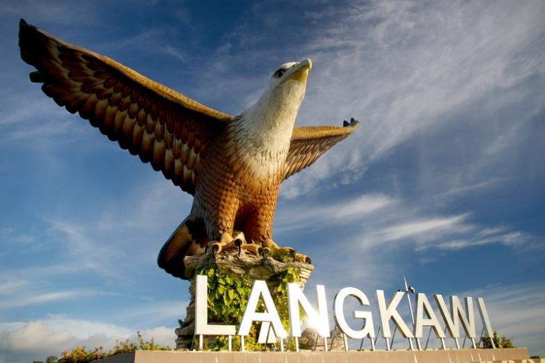 Монумент на площади Датаран-Ланг в Куахе