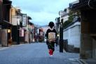Гйша прогуливается по кварталу Гион