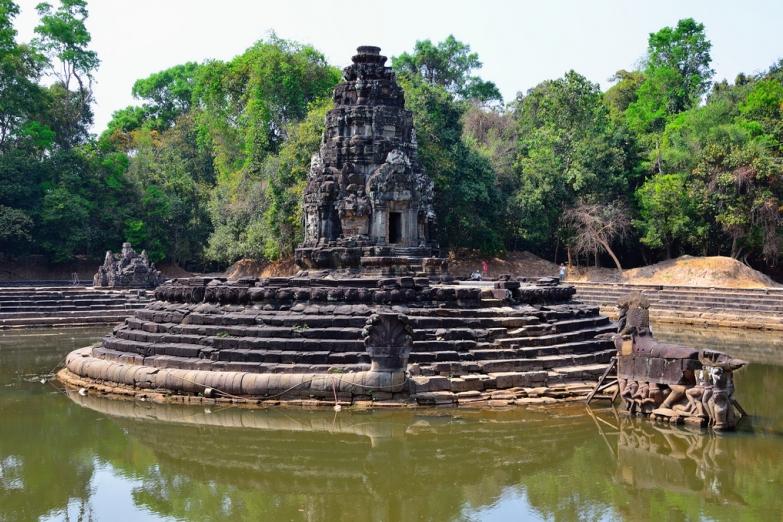 Около храмового пруда