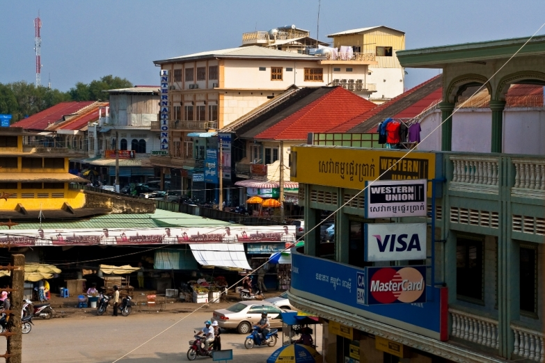 Центр Баттамбанга. Слева – рынок Psar Nat