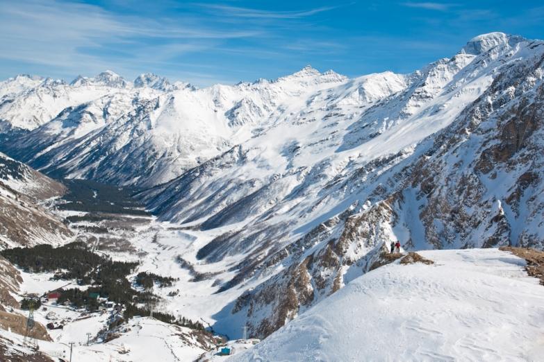 Лыжный спуск в горах Кавказа
