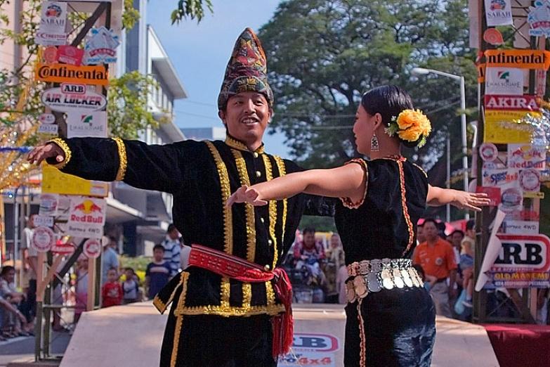 Традиционные танцы во время уличного карнавала