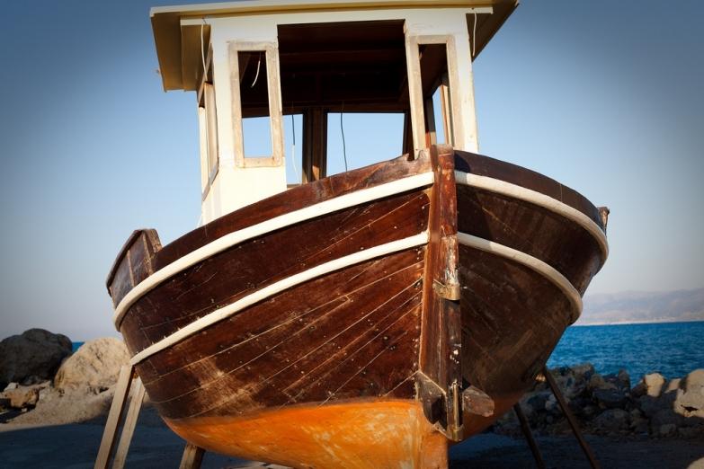 Пришвартованная лодка
