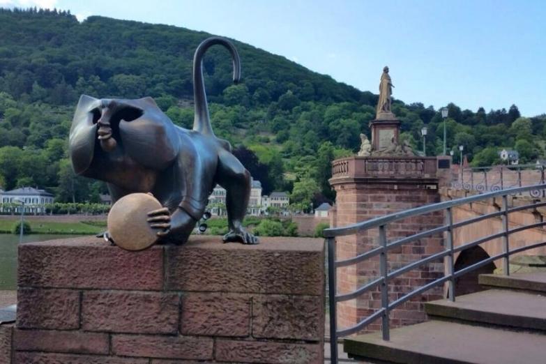 Скульптура обезъяны на Старом мосту