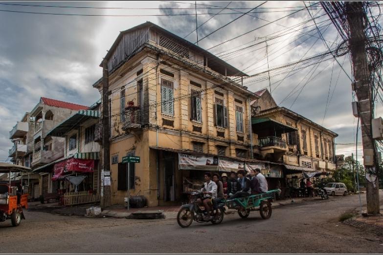 Улицы Баттамбанга. В центре –  архитектура времен французского владычества