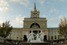 Фонтан перед зданием железнодорожного вокзала в Волгограде
