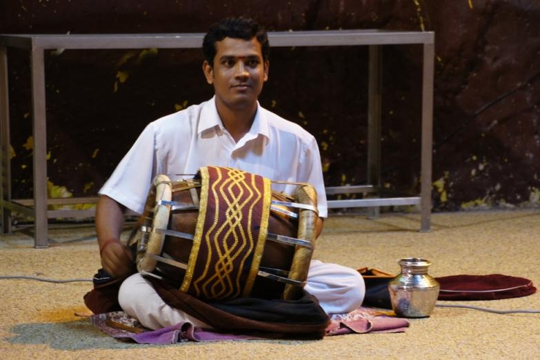 Храмовый музыкант в пещерах Бату