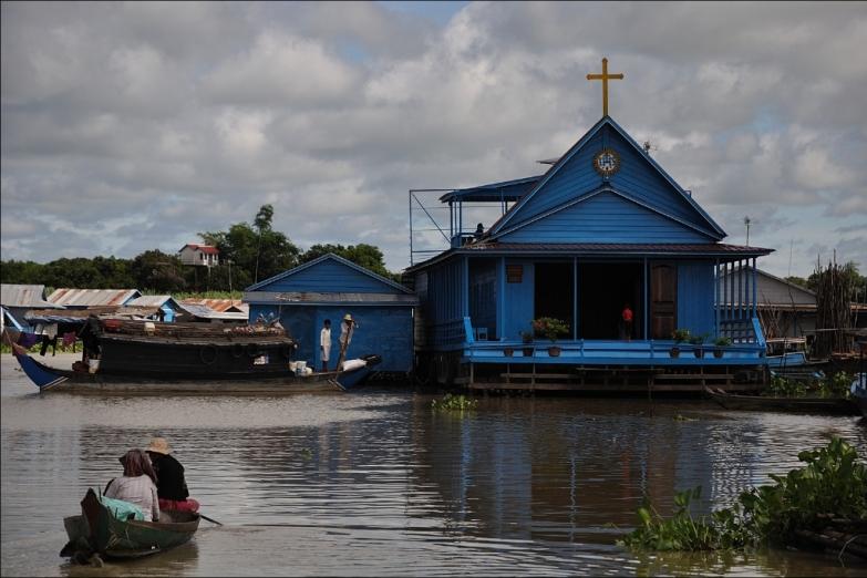 Катер из Сиемрипа в Баттамбанг проплывает мимо церкви на воде