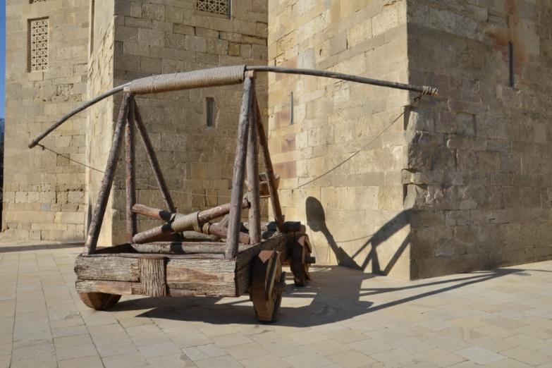 Катапульта на улице Старого Баку