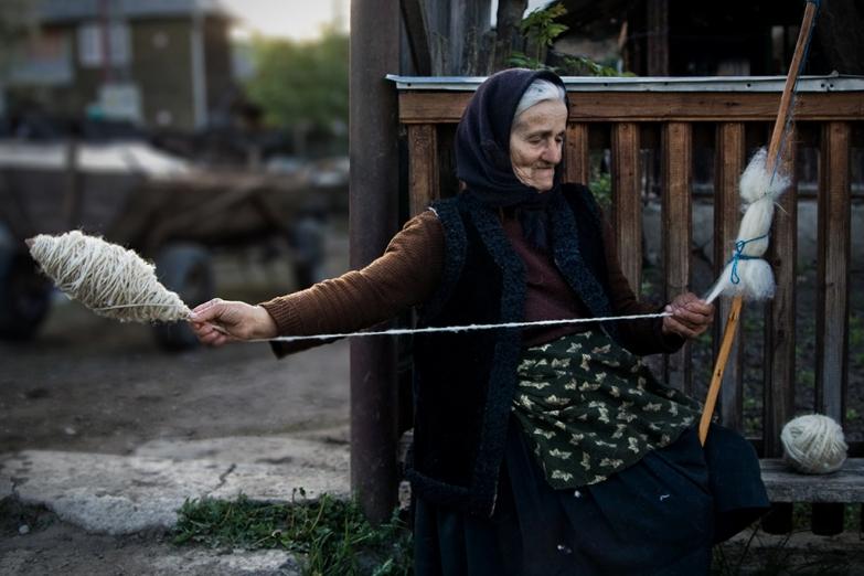 Румынская женщина за пряжей
