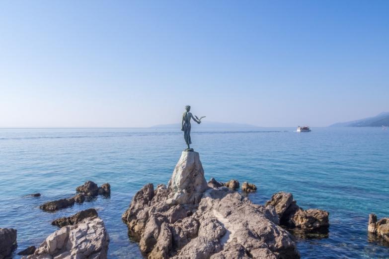 Статуя девушки с чайкой