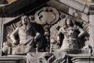 Барельеф над воротами Старого города