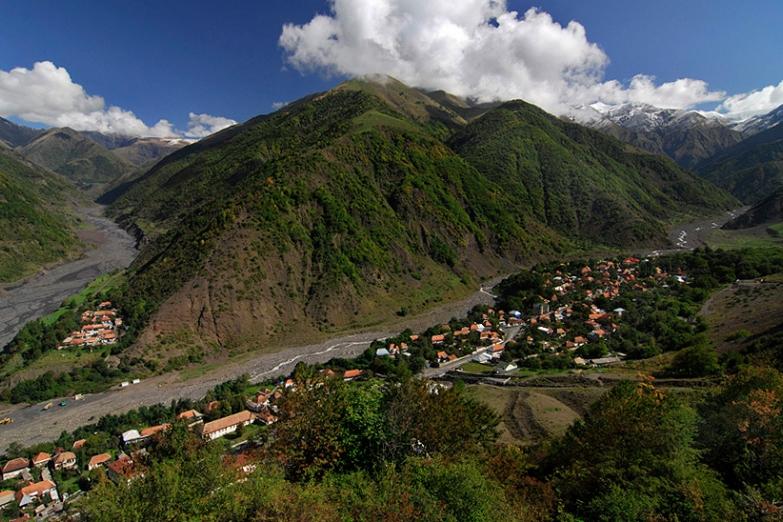 Поселок у подножия гор
