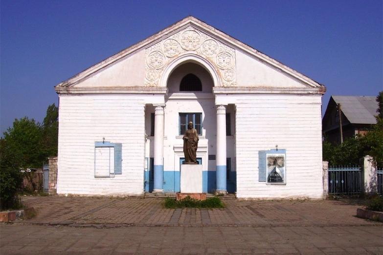 Памятник Низами Гянджеви перед зданием кинотеатра