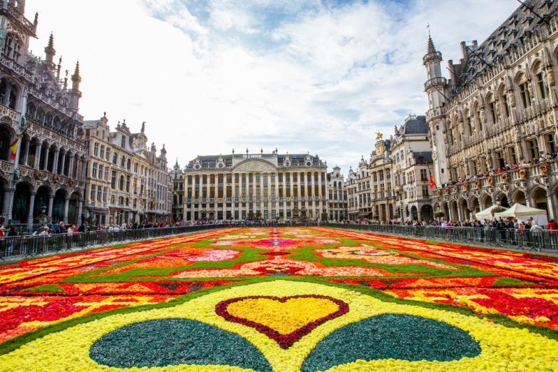 Фестиваль Ковер цветов на центральной площади Брюсселя